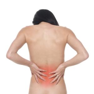 腰の痛みに苦しむ人の後ろ姿